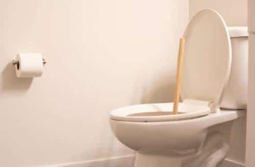 Como destapar un baño de forma correcta