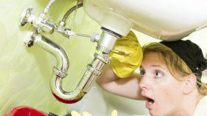 Fugas y filtraciones en baños modernos y pequeños